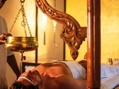 Ayurveda Behandlung Shirodhara im Larimar