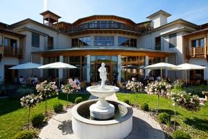 Der romantische Innenhof im Larimar ist der perfekte Ort für die standesamtliche Trauung