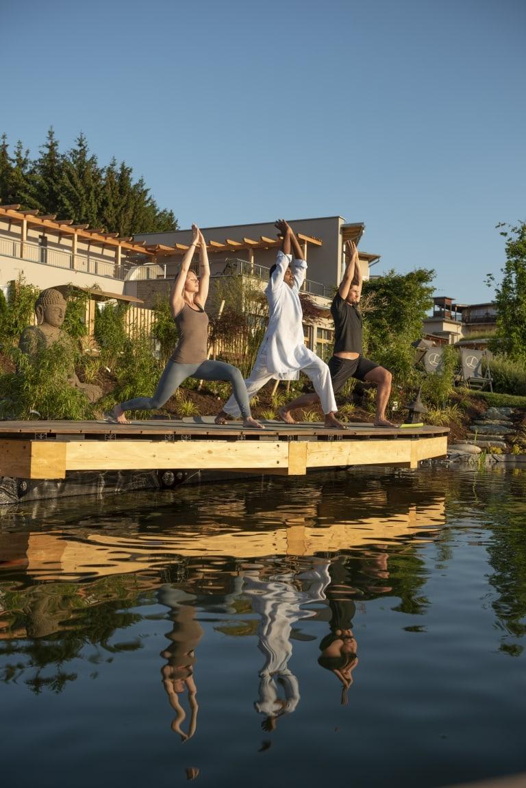 Yoga am Morgen mit indischen Yogis