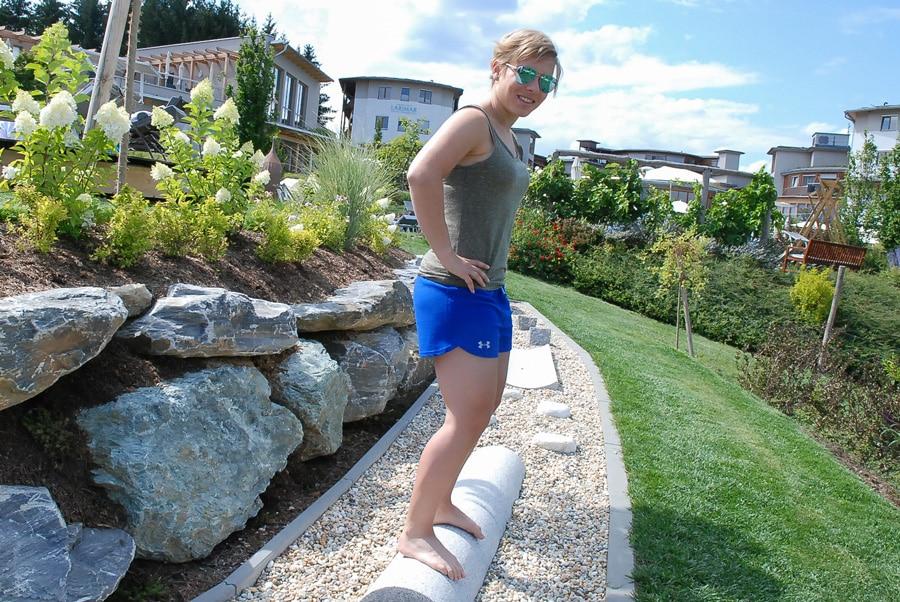 Nicole-Schmidhofer-beim-Fussparcours-im-Hotel-Larimar_web