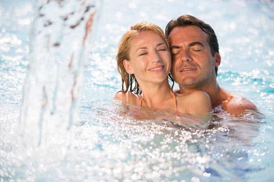 2 Personen im Thermalwasser