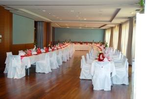 Die Hochzeitstafel im Larimar bietet Platz für bis zu 160 Personen