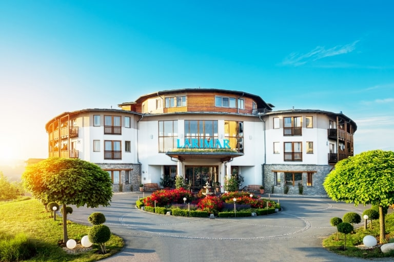 Ansicht vom Hotel-Eingang Larimar