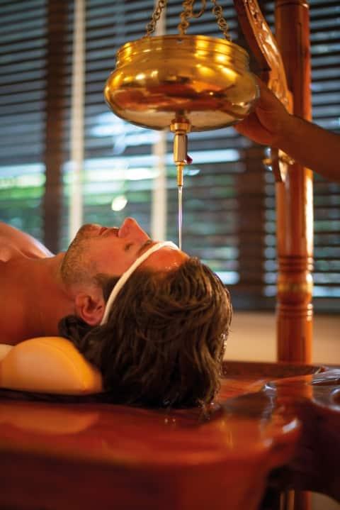 Shirodhara Stirn-Ölguss im Larimar Premium-Spa