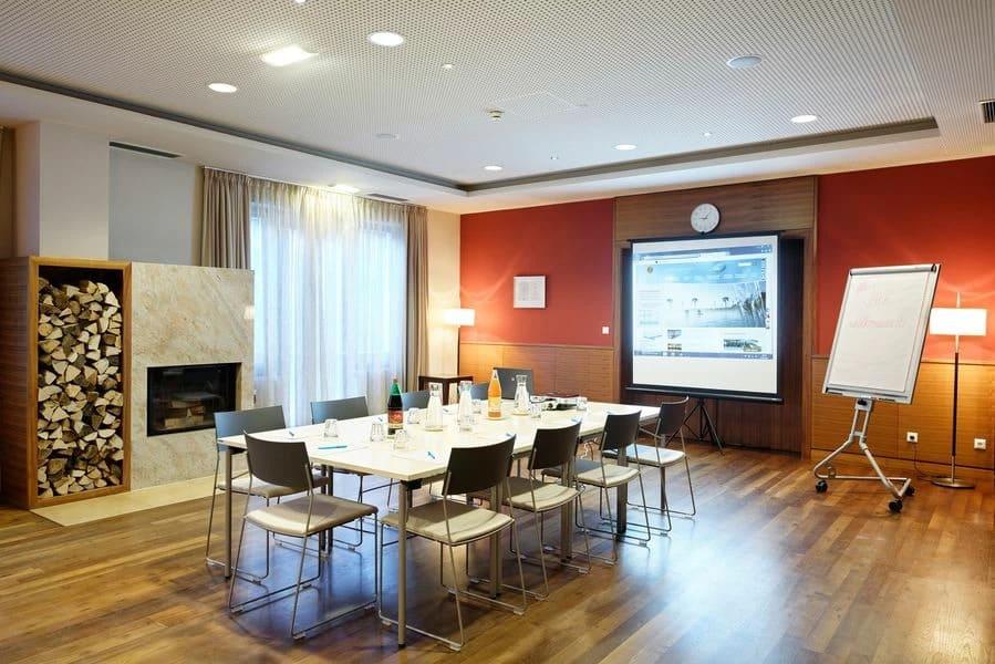 Stilvoller Seminarraum mit Projektor