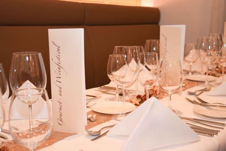 Gedeckte Tische am Gourmet- und Weinfestival