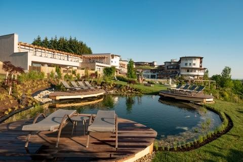 Harmonischer Natur-Koiteich im Hotel Larimar