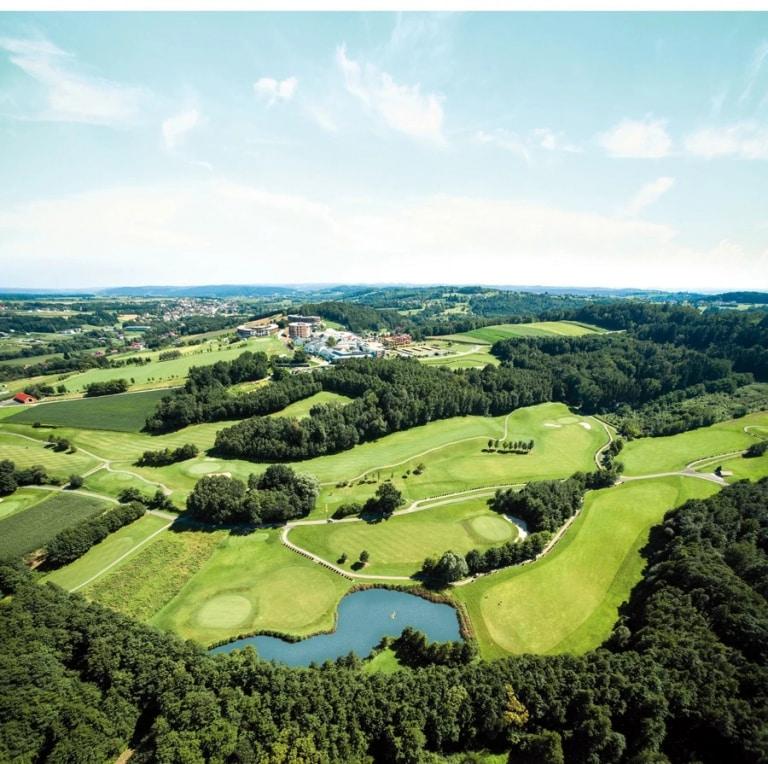 Golfschaukel Stegersbach vor dem Golfhotel Larimar