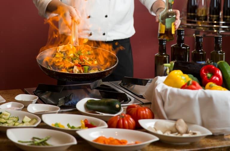 Kochen auf offener Flamme in der Grüne Haube Gourmet Vital Küche im Hotel Larimar