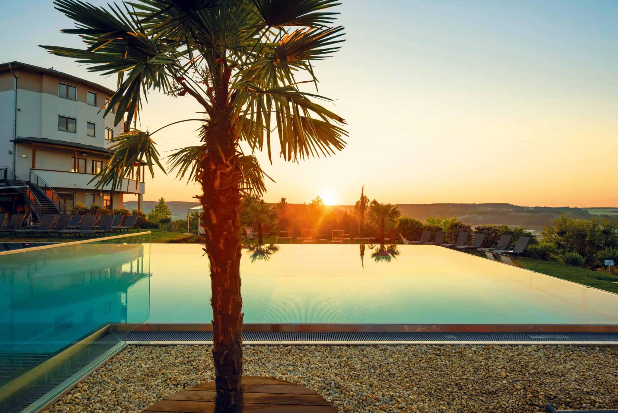 Infinity-Sportpool bei Sonnenaufgang im Hotel Larimar