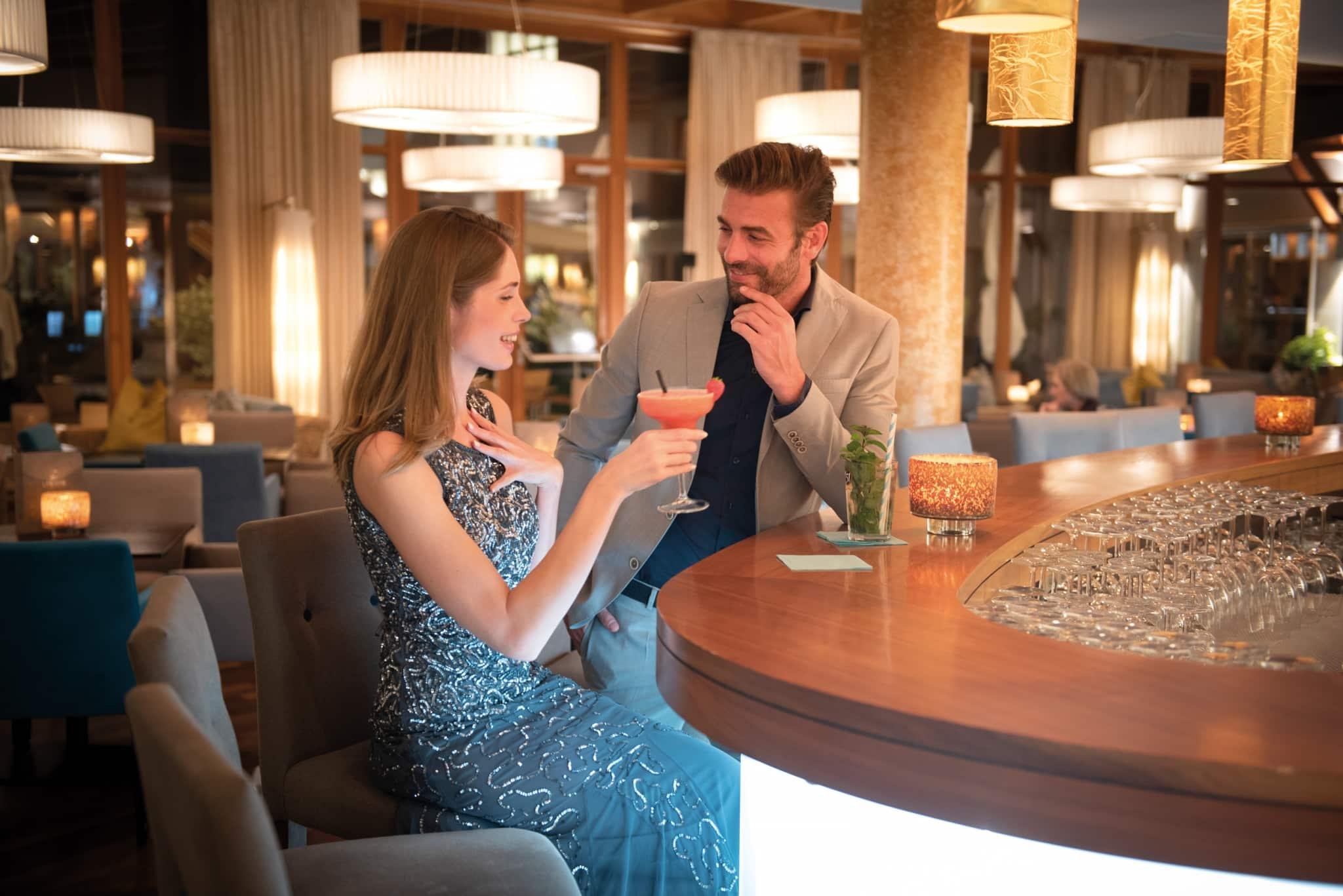 Köstliche Cocktails an der Hotelbar mit guter Unterhaltung