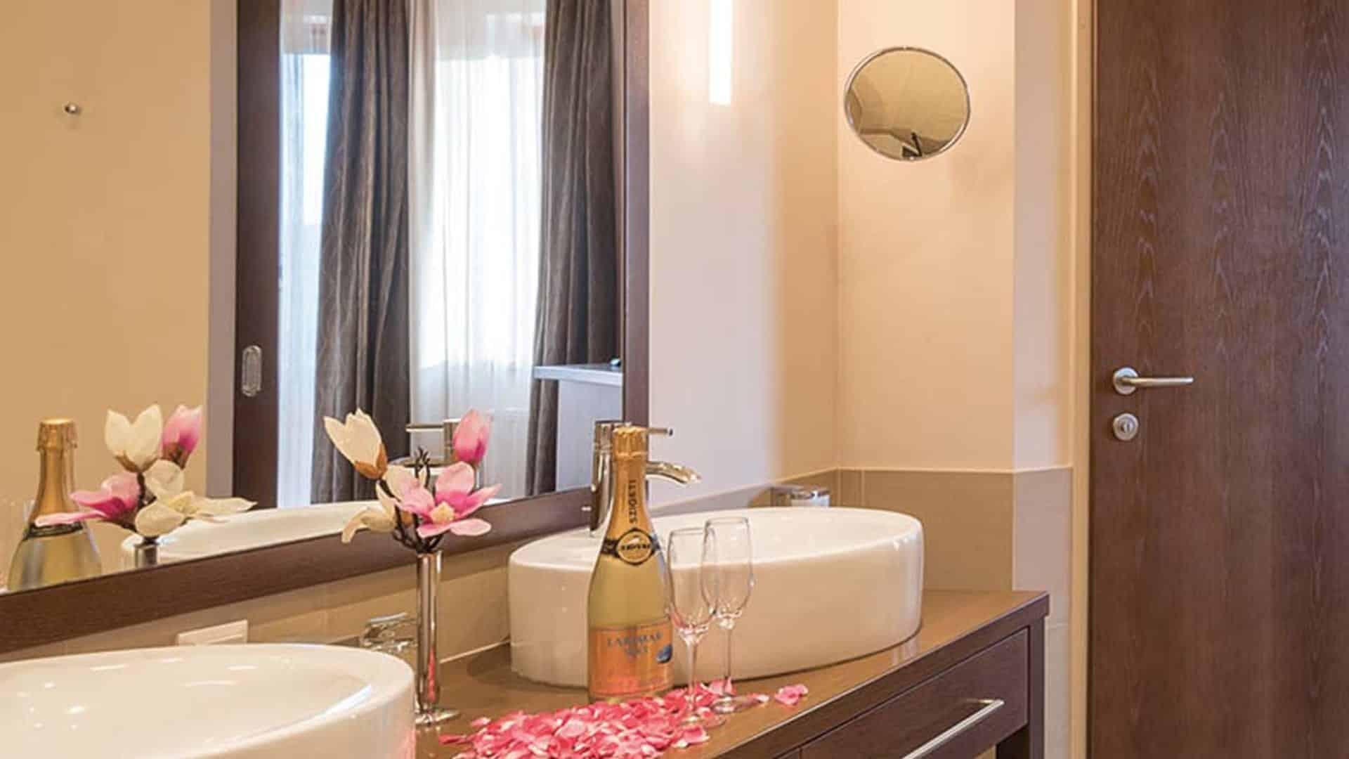Badezimmer in der Larimar Suite Superior im Wellnesshotel