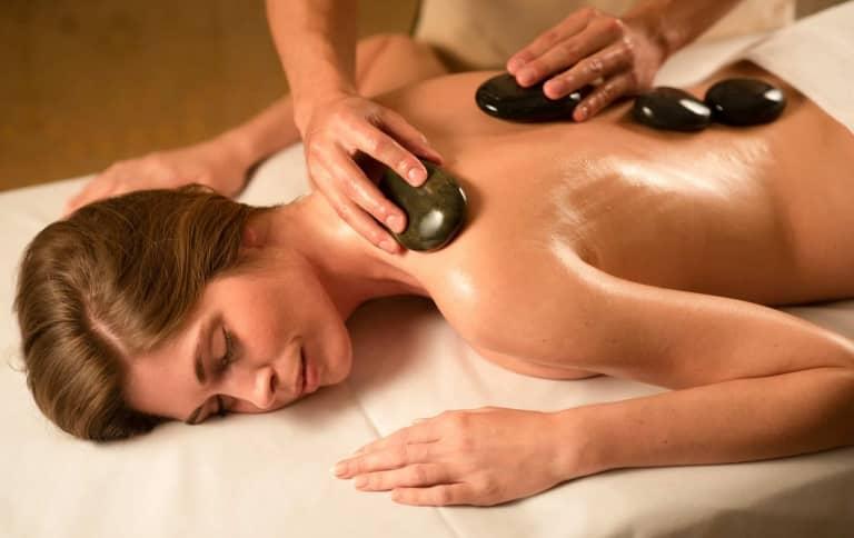 Steinmassage im Larimar Premium-Spa