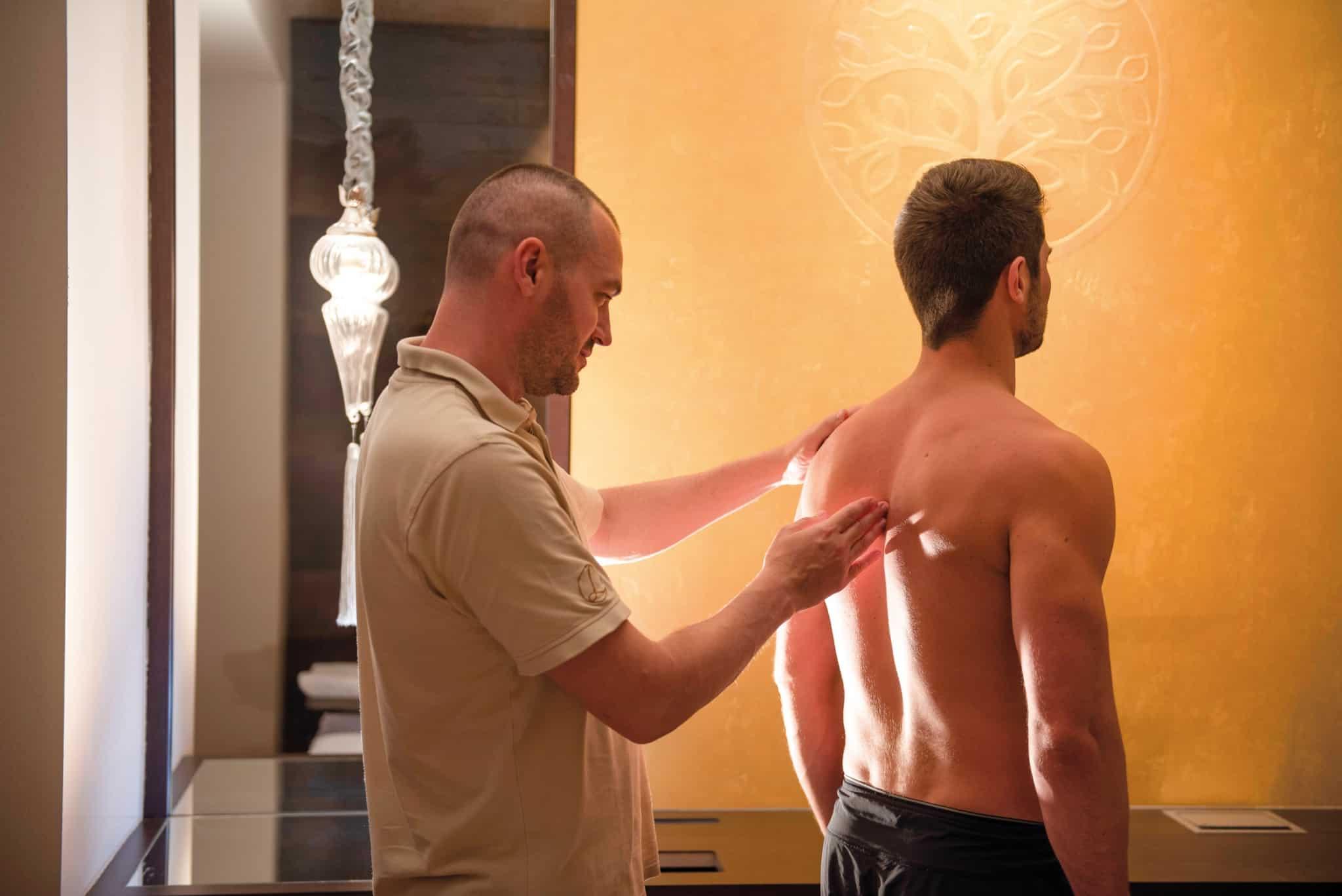 Osteopathische Repositionierung Rücken im Hotel Larimar