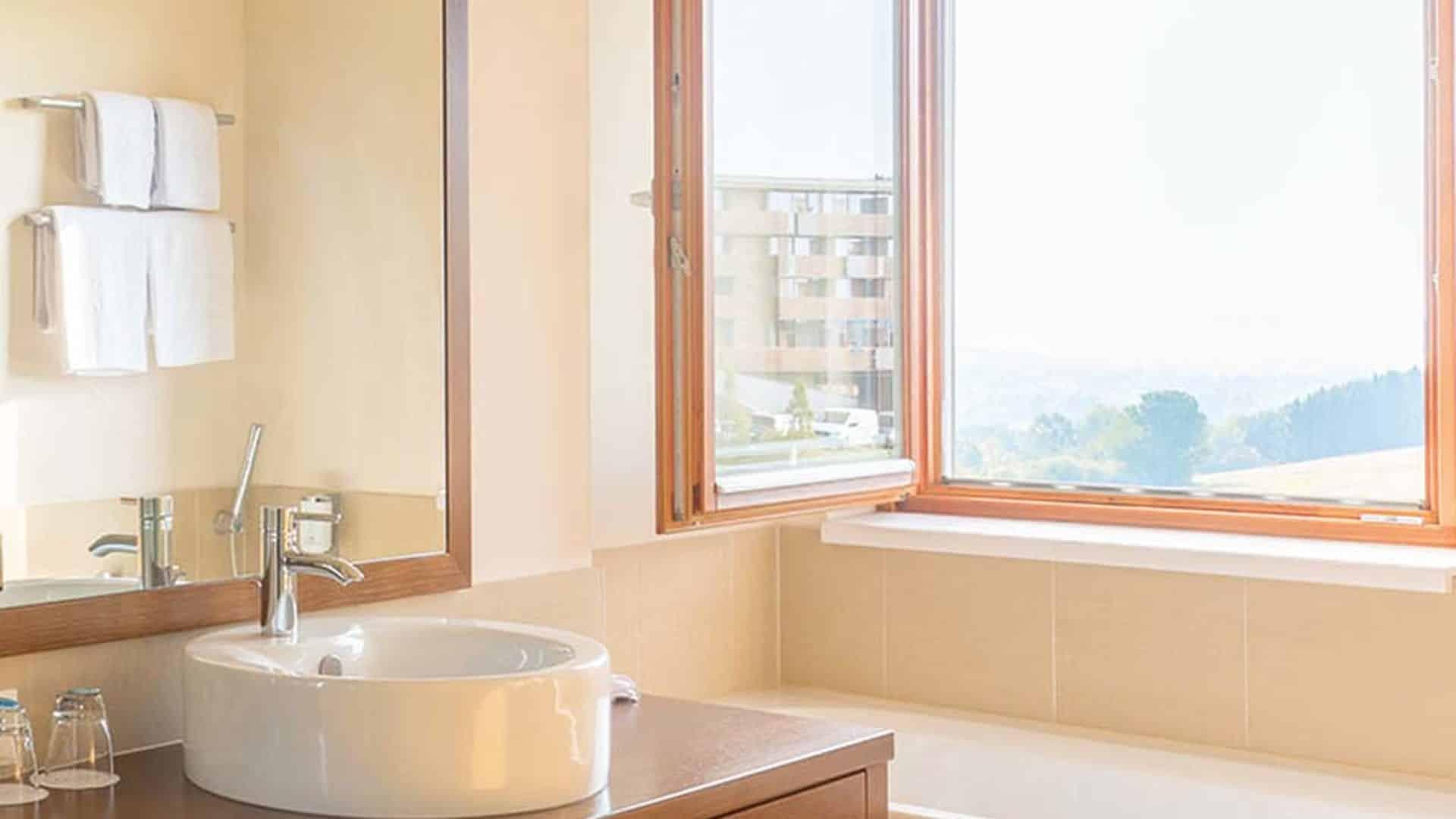 Badezimmer in der Familien Suite und Panorama Suite