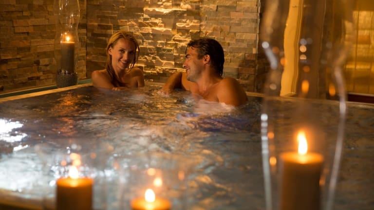 Panoramainnenbereich im Wasser mit Kerzen im Larimar