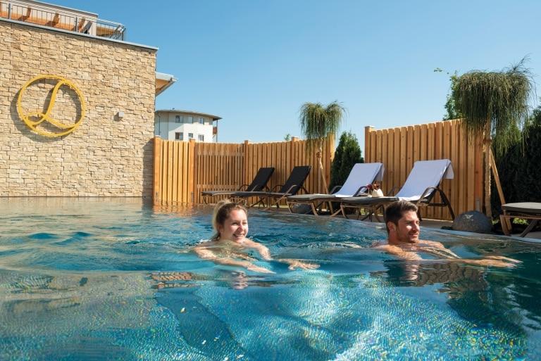 10 Meter Nackt-Schwimmbecken in der hervorragenden Saunawelt