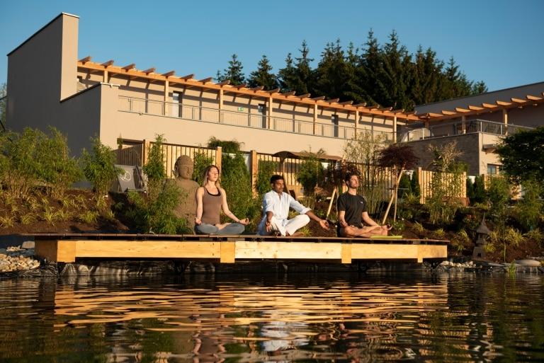 Yoga am Morgen mit indischem Yogi im Hotel Larimar