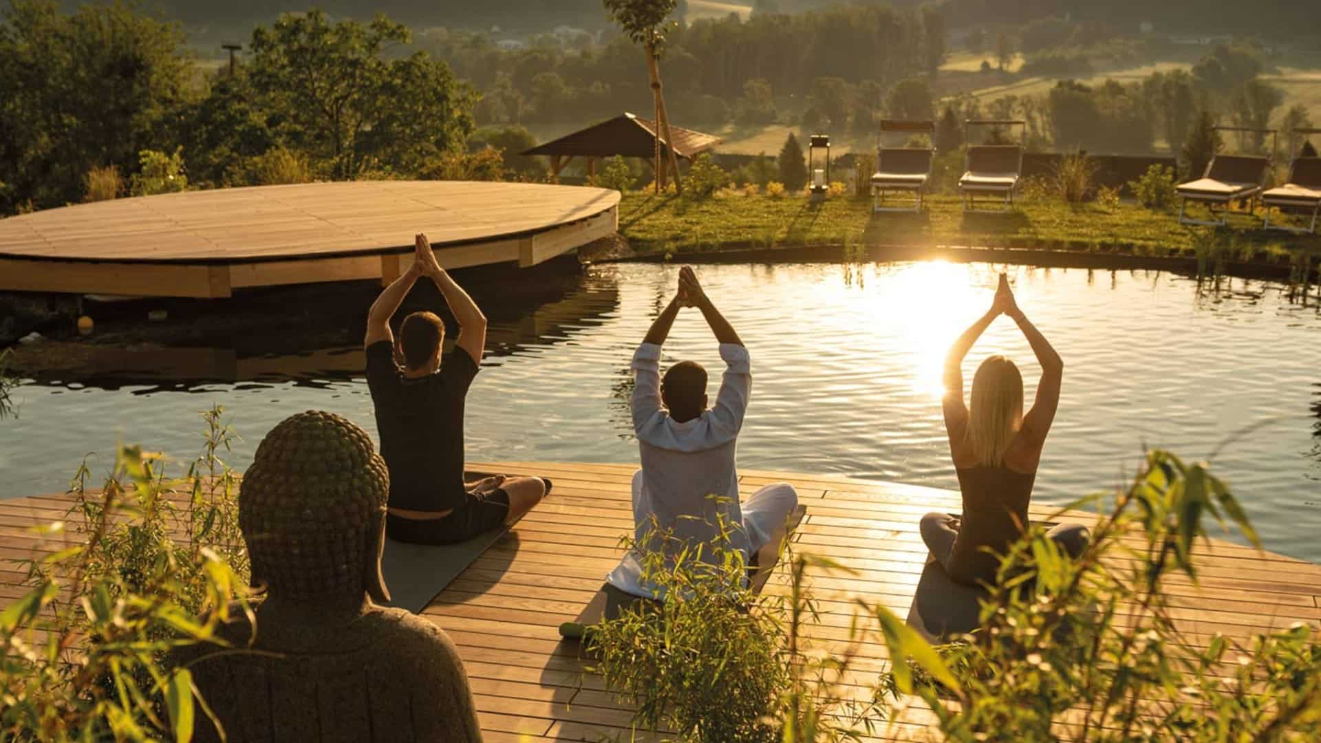 Yoga am Koiteich wirkt entspannend im Hotel Larimar