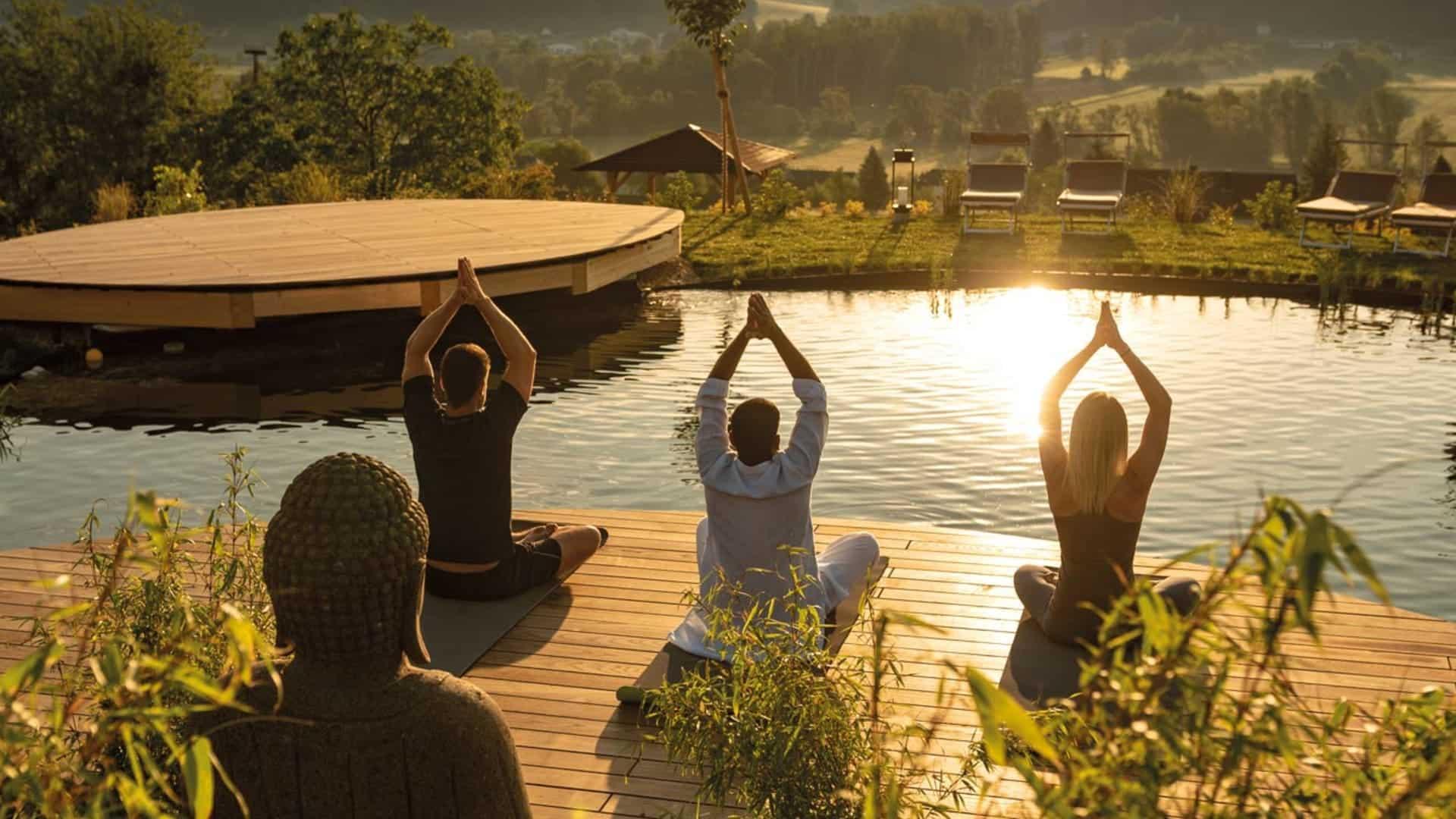 Yoga mit indischem Yoga am Morgen im Hotel Larimar
