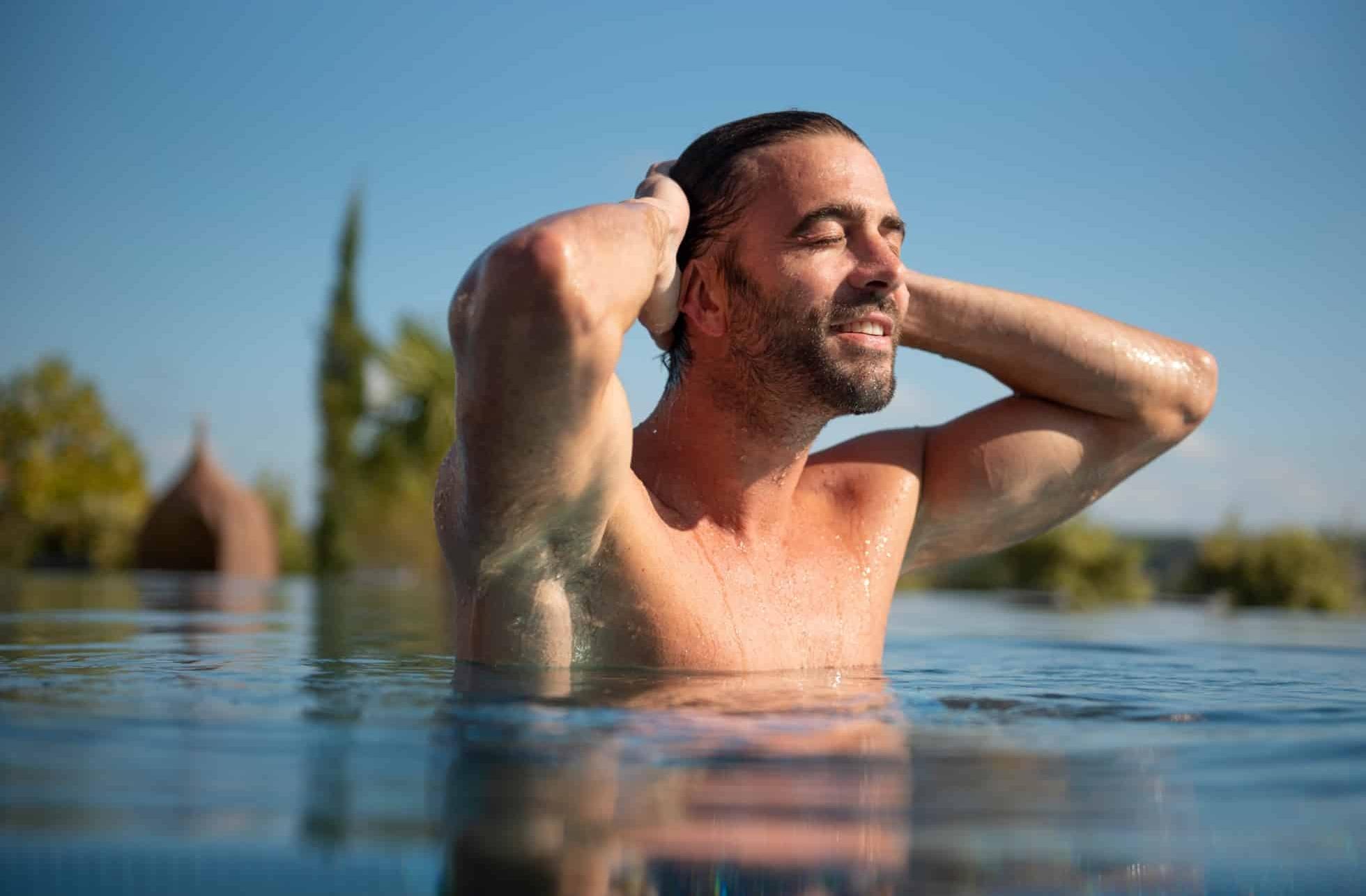 Schwimmen im 20 Meter Infinitypool im Hotel Larimar