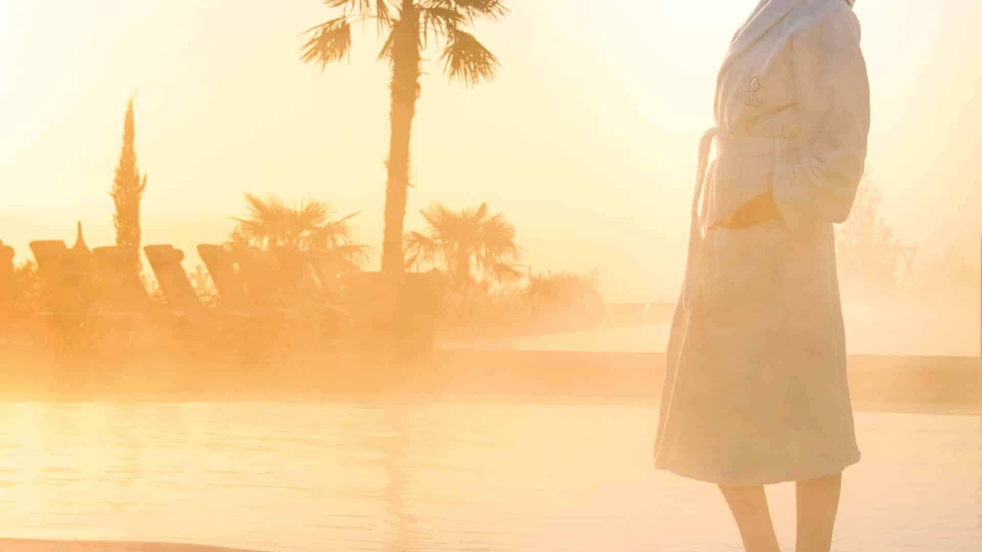 Frau am Pool im Hotel Larimar