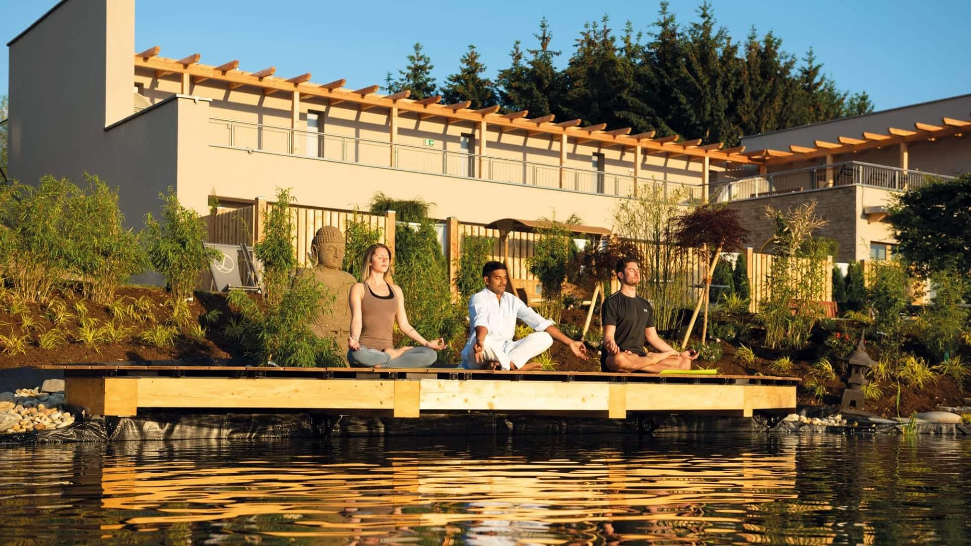 Yoga am Natur-Koiteich im Hotel Larimar