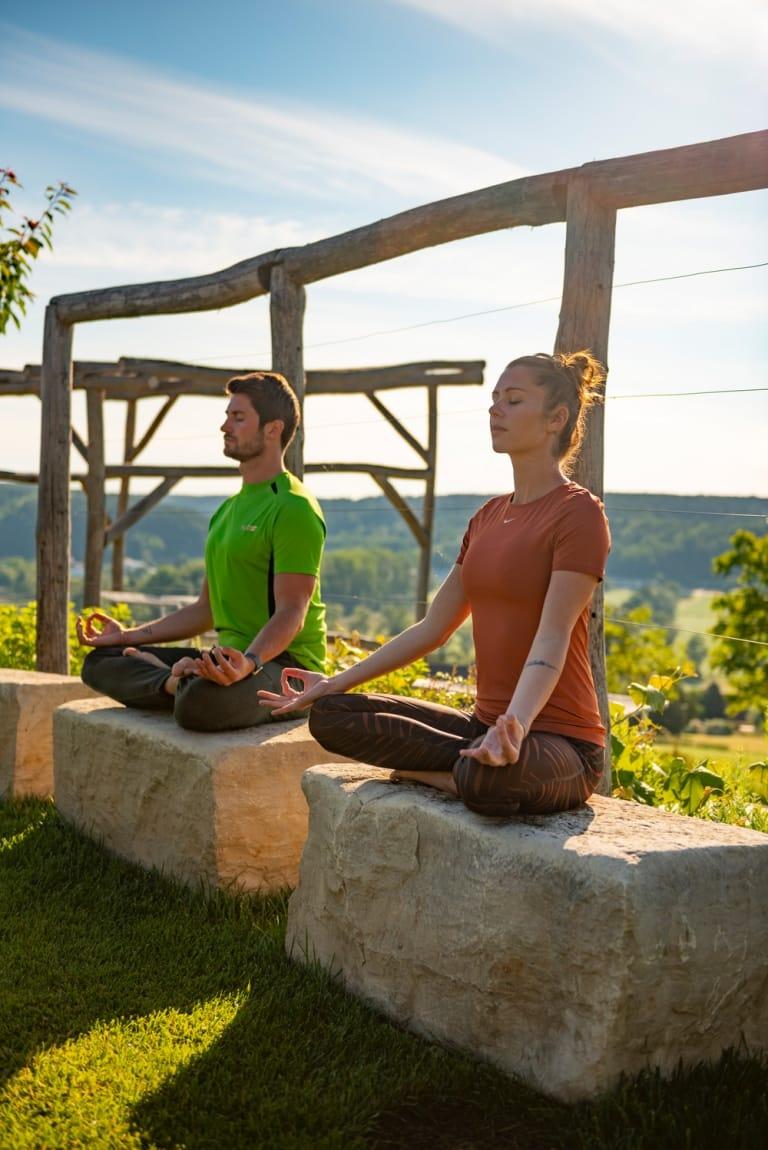 Yoga im Larimar auf den Sitzsteinen im Gartenparadies