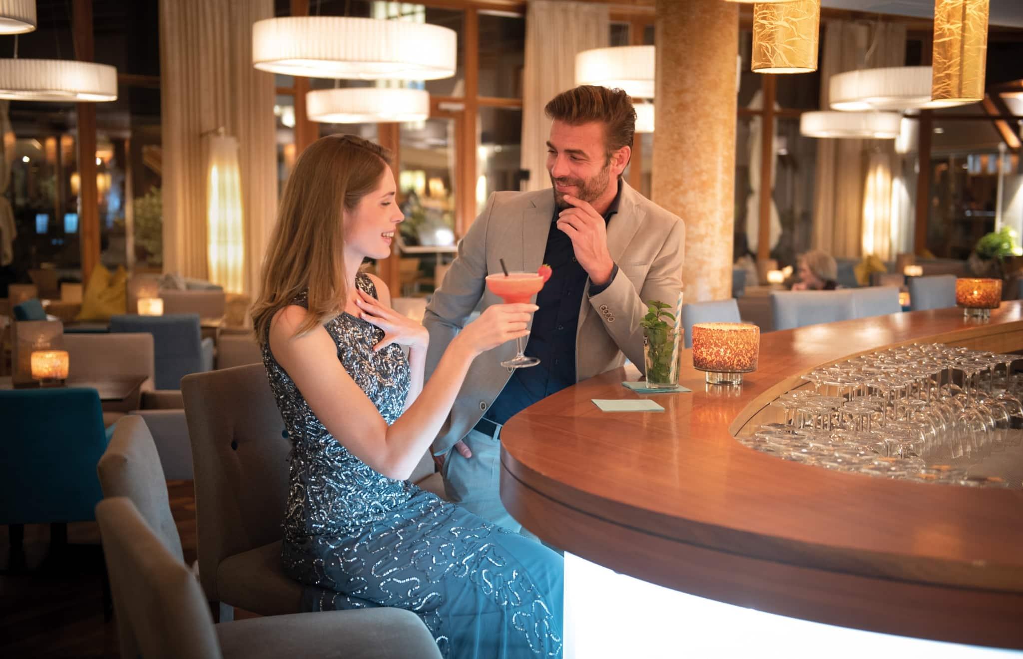 Cocktails trinken an der Bar im Larimar Romantikurlaub